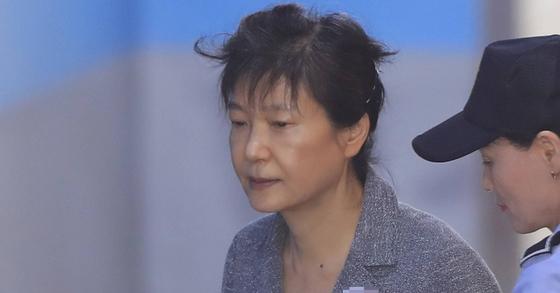 박근혜 전 대통령이 지난달 21일 서울중앙지법에서 열린 속행공판에 참석하기 위해 호송차에서 내려 이동하고 있다. [사진 연합뉴스]