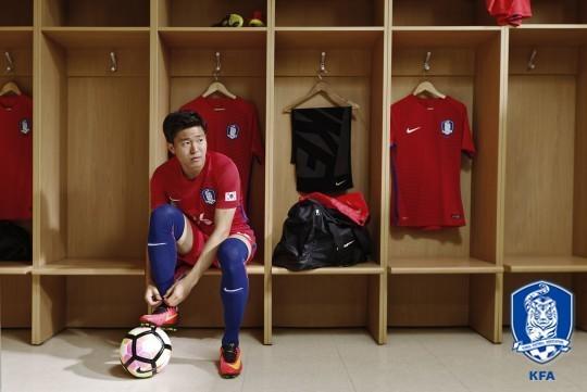 축구대표팀 권창훈이 빨간색 상의에 파란색 스타킹을 착용하고 있다. 한국은 31일 이란전에 빨강 상의-파랑 스타킹 조합으로 나선다. [사진 대한축구협회]