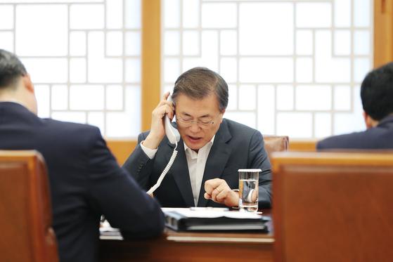 문재인 대통령이 7일 오후 청와대에서 아베 신조 일본 총리와 북한 도발에 따른 한반도 안보와 협력 방안에 대해 통화하고 있다. [청와대 제공]