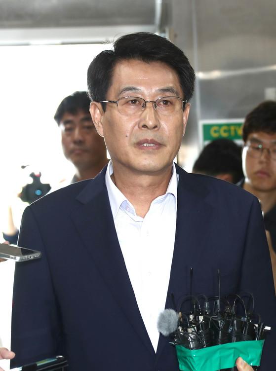 국민의당 김광수 의원이 지난 14일전북 전주 완산경찰서에서 피의자 조사를 받기 전 취재진의 질문에 답하고 있다. 프리랜서 오종찬