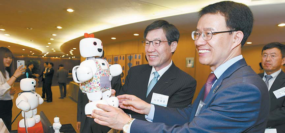 지난 6월 21일 포스코센터에서 열린 제13회 아이디어 마켓플레이스에서 권오준(왼쪽) 회장이 서큘러스가 개발한 지능형 로봇 파이보(piBo)를 체험하고 있다. 포스코그룹의 아이디어 마켓플레이스는 청년 창업 및 초기 벤처기업 지원 프로그램이다. [사진·포스코]