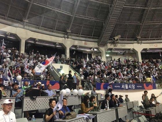30일 오후 서울 장충체육관에서 대한애국당 창당대회에 참석한 당원들이 태극기와 성조기를 들고 환호하고 있다. 최규진 기자
