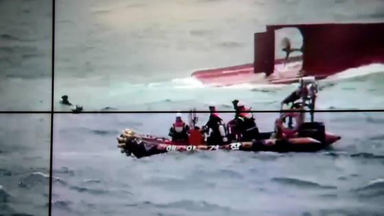 30일 포항 호미곶 동쪽 22해리 해역에서 뒤집힌 통발어선 주변에서 해경대원과 잠수부들이 구조작업을 하고 있다. [사진 포항해경]