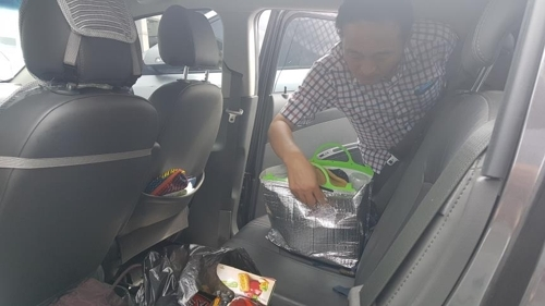 30일 경남 김해중부경찰서 수사관이 아내를 살해한 후 시신을 유기하는데 사용한 차량을 수색하고 있다. [연합뉴스]