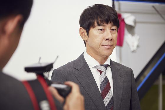 """신태용 축구대표팀 감독은지난 3일 JTBC상암스튜디오에서 이란전 홍보 포스터 촬영을 했다. 이란전을 앞둔 신 감독은 """"'이게 한국축구지'란 말이 나올 수 있도록 하겠다""""고 말했다. [사진 JTBC]"""