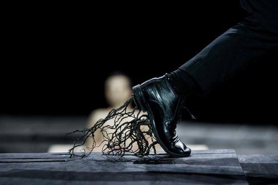 그리스 연출자 디미트리스 파파이오아누의 복합 장르 공연 '위대한 조련사'.[사진 스파프]