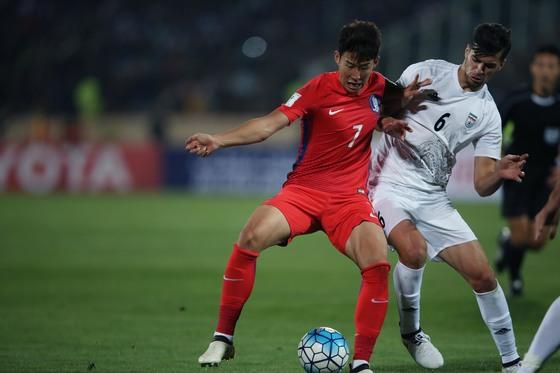 축구대표팀 손흥민(왼쪽)이 지난해 10월 이란 테헤란에서 열린 이란과 2018 러시아 월드컵 아시아 최종예선에서 볼 경합을 펼치고 있다. [사진 대한축구협회]