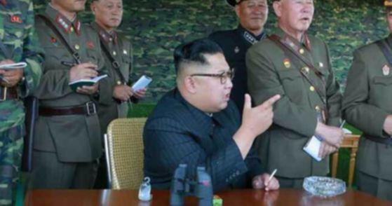 지난 8월 26일 '선군절'을 맞이해 북한군 특수부대의 백령도와 대연평도 점령 가상훈련에 참관한 김정은 위원장. [사진 연합뉴스]