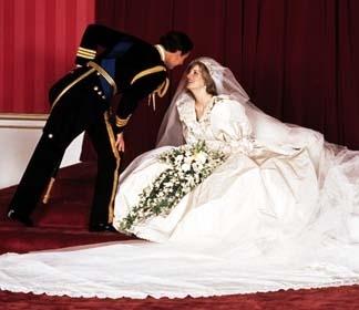 데이비드&엘리자베스 엠마누엘 부부가 디자인한 아이보리색 웨딩드레스. [중앙포토]