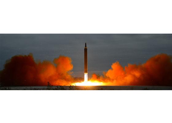 지난 29일 오전 5시 57분쯤 평양 순안 국제공항에서 화성-12형이 발사하고 있다. [사진 노동신문]