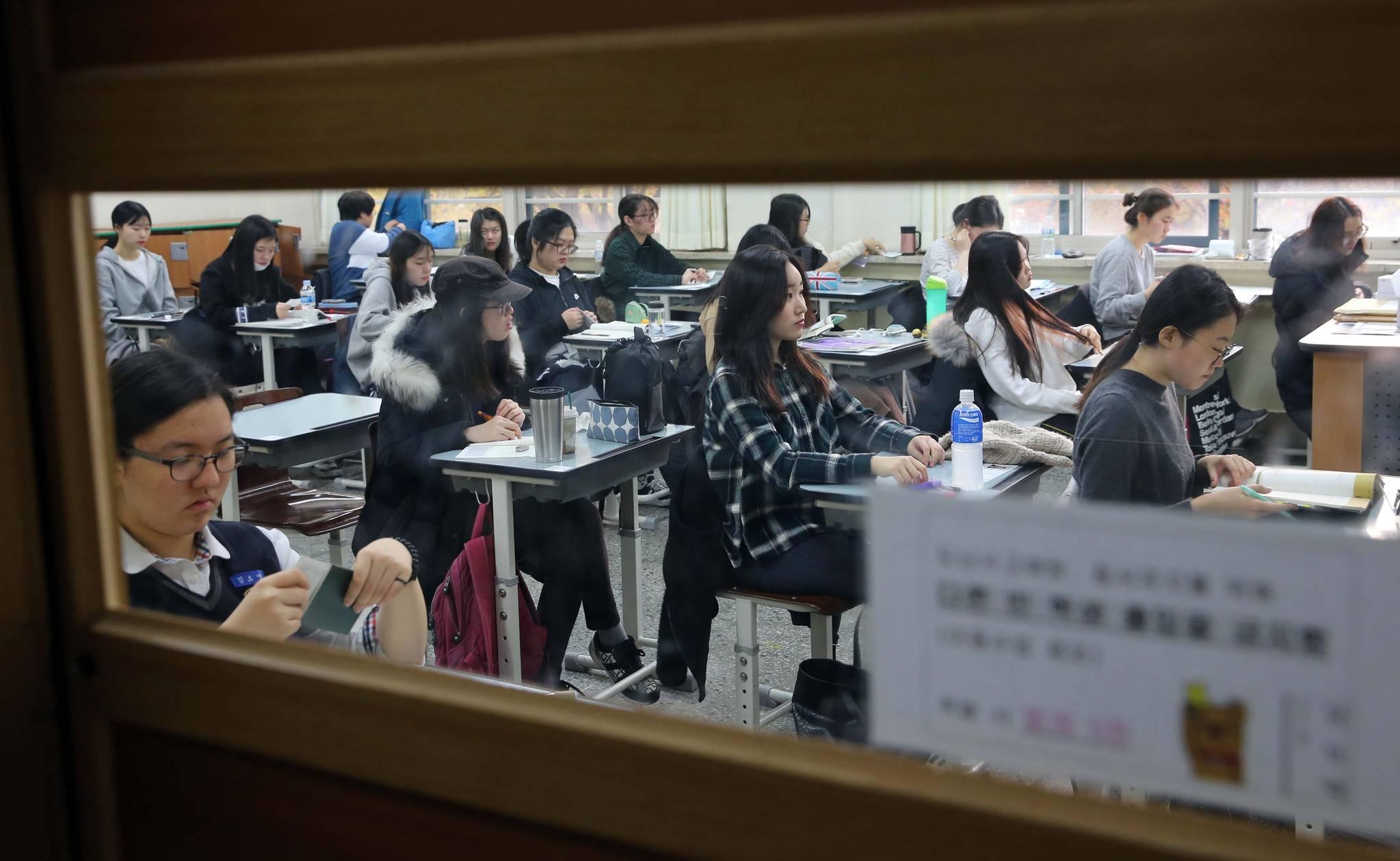 2017학년도 수능에 응시한 학생들이 지난해 11월 서울의 한 고등학교에서 시험지가 배포되기를 기다리고 있다. 영어와 한국사 외 과목까지 절대평가 확대가 논의되던 2021학년도 수능(현 중 3)은 기존 방식대로 치르기로 했다. 교육부는 대입 제도 개선 전반을 검토하면서 2022학년도 수능 개편안을 내년 8월까지 결정한다는 계획이다. 김상선 기자