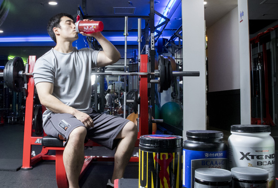 헬스 트레이너가 운동후 단백질 보충제를 섭취하고 있다. 우상조기자