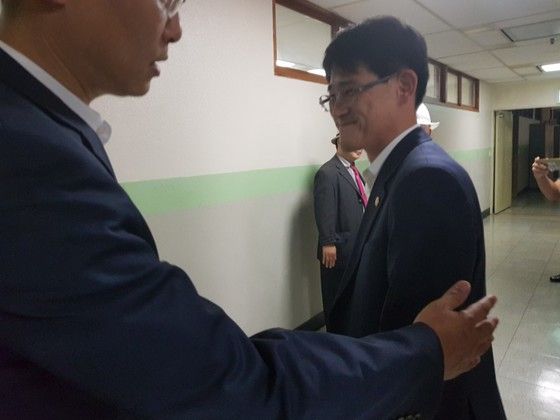 김학철 의원이 지난 30일 충북도의회 행정문화위원회 회의에 앞서 한 시민단체 대표와 면담한 뒤 회의실로 들어서고 있다. 최종권 기자