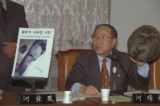 1999년 국회 국방위 '김훈중위 사망사건 진상소위'에서 당시 하경근 의원이 유엔군 사령부 경비대대 소속 미군 정보하사관이 촬영한 8장의 사진을 공개하며 타살의혹을 제기하고 있다.  신인섭 기자