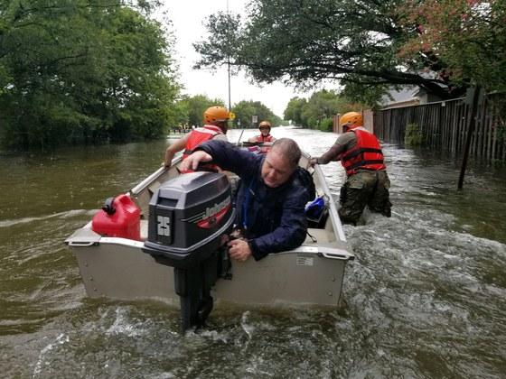 허리케인 '하비'가 강타한 27일(현지시간) 미 텍사스주 국경 수비대원들이 휴스턴에서 구명보트를 동원해 주민들을 구출하고 있다. [EPA=연합뉴스]