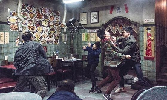 영화 '청년경찰'의 한 장면. 영화에서 서울 대림동 조선족들을 부정적으로 그려 문제가 되고 있다.