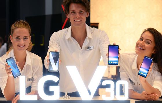 LG전자는 31일(현지시간) 독일 베를린에서 대화면 프리미엄 스마트폰 신작 'V30'을 공개했다. 'V30'은 6.0인치 QHD와 32비트 하이파이 쿼드 DAC 등 다양한 편의 기능을 갖췄다. [사진 LG전자]