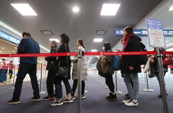 중국인 관광객(유커)들이 지난 3월 3일 오전 인천공항에서 입국심사를 하기 위해 줄을 서고 있다. 중국 정부가 고고도 미사일 방어체계(THAAD·사드) 배치에 대한 보복으로 자국 여행사를 통해 중국인들의 한국 관광을 금지한 것으로 알려져 국내 관광업계에 비상이 걸렸다. [중앙포토]