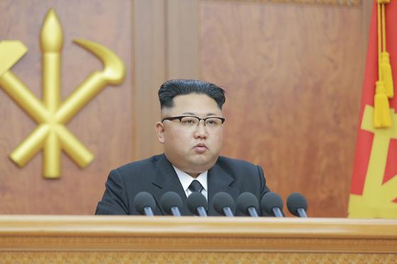 김정은 북한 노동당 위원장이 2017년 1월 1일 신년사를 하고 있다. [중앙포토]
