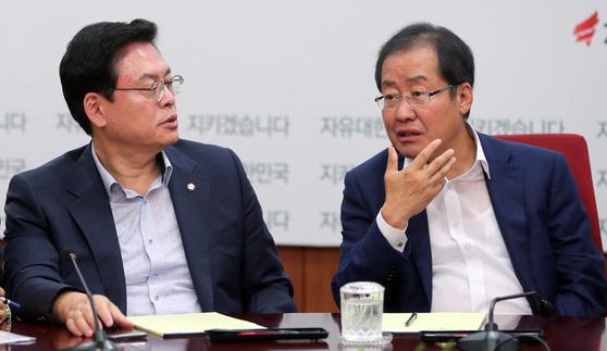 홍준표 자유한국당 대표가 31일 오전 서울 여의도 당사에서 열린 최고위원회의에서 정우택 원내대표와 이야기 하고 있다. 박종근 기자