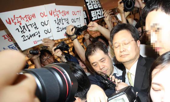 MBC 김장겸 사장이 1일 오후 서울 63빌딩에서 열린 '방송의 날' 행사에서 참석했다가 노조의 퇴진 요구를 받고 있다. [연합뉴스]