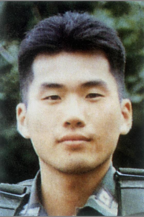 고 김훈 중위(당시 25세)의 생전 모습. 그는 1998년 2월 24일 판문점 공동경비구역(JSA) 내 지하벙커에서 오른쪽 관자놀이에 총상을 입고 숨진 채 발견됐다. [중앙포토]