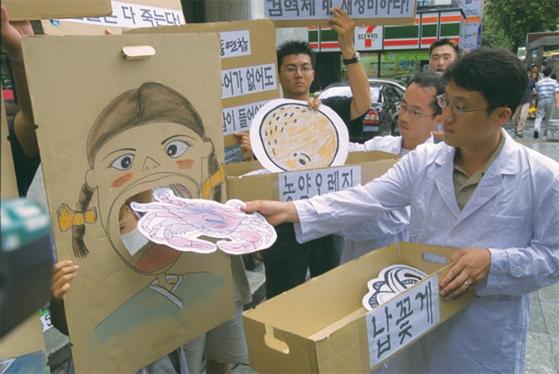 2000년 9월 중국산 꽃게에서 납 덩어리가 발견된 것으로 알려지자 시민단체가 중국산 꽃게 수입 반대 집회를 열었다.