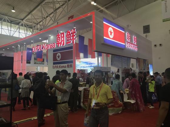 중국 창춘 국제컨벤션센터에서 1일 개막한 중국-동북아박람회 국제관에 마련된 북한 전시 부스. [신경진 기자]
