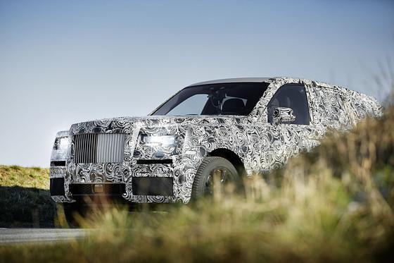 초고급 브랜드 롤스로이스도 SUV 시장에 진출한다. 내년 출시를 앞두고 막바지 테스트 드라이브 중인 롤스로이스의 첫 SUV '컬리난'이 사진에 포착됐다. [사진 오토 익스프레스]