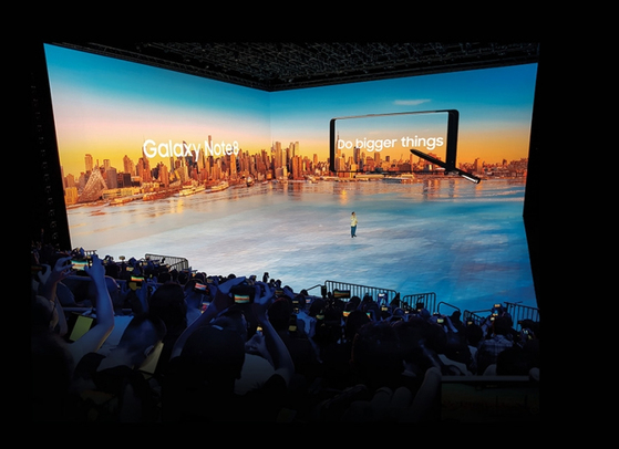8월 23일(현지시간) 미국 뉴욕에서 열린 '삼성 갤럭시 언팩 2017'에서 고동진 삼성전자 무선사업부 사장이 갤럭시 노트8을 소개하고 있다. [사진·삼성전자]
