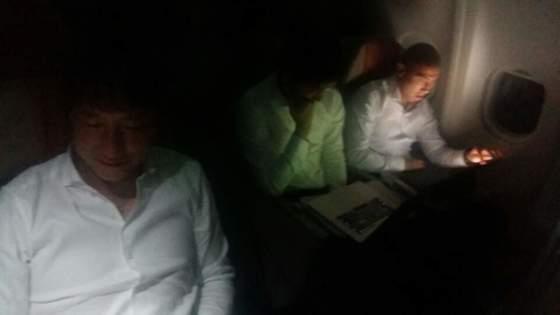 차두리(오른쪽) 등 축구대표팀 코치이 2일 우즈베키스탄행 비행기 안에서 휴식을 취하는 대신 영상 분석을 했다. [사진 대한축구협회]