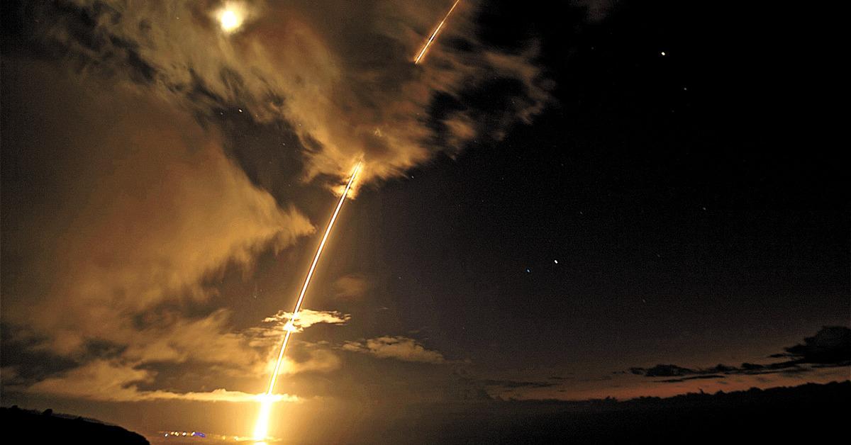 미 군함이 29일(현지시간) 하와이에서 탄도미사일 요격시험 성공하는 장면[AP=연합뉴스]