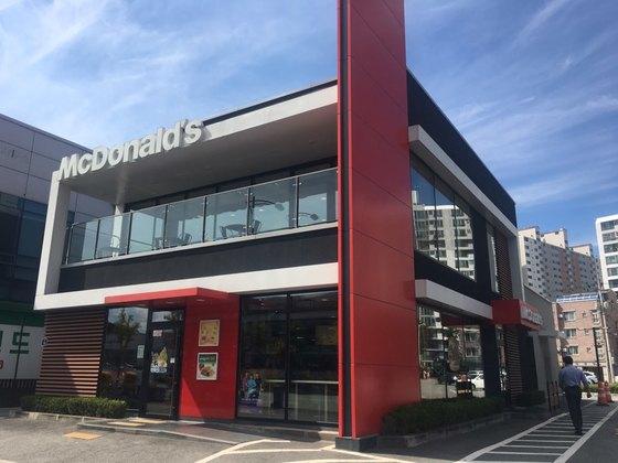 불고기버거를 먹은 손님들이 집단 장염 증세를 보인 전북 전주의 한 맥도날드 매장의 3일 모습. 김호 기자