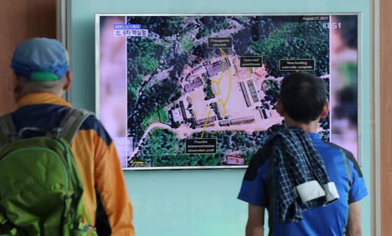 함경북도 길주군 풍계리 일대에서 북한의 제6차 핵실험으로 추정되는 인공지진이 발생한 3일 서울역에서 시민이 관련 뉴스를 시청하고 있다. [연합뉴스]