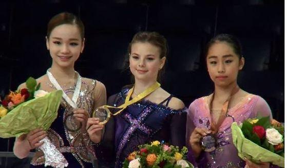 그랑프리 2차 대회에서 은메달을 딴 여자 피겨 임은수.(맨 왼쪽)