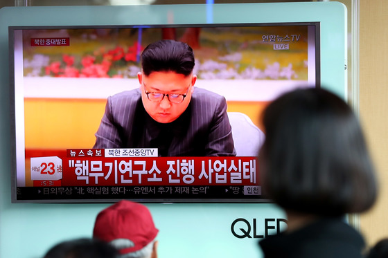 북한이 3일 대륙간탄도미사일(ICBM) 장착용 수소탄 시험을 성공했다고 발표했다. 이날 오후 서울역에서 시민들이 관련 속보를 시청하고 있다. 장진영 기자