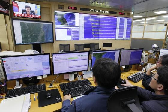 기상청 직원들이 6일 서울 대방동 기상청 국가지진 화산센터에서 북한 핵실험에 따른 인공지진파 측정상황을 살펴보고 있다. [중앙포토]