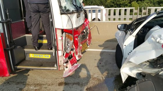 지난 2일 충남천안∼논산고속도로에서 고속버스가 앞서가던 승용차를 들이받는 등 8중 추돌사고가 발생했다. 경찰은 고속버스 운전기사의 졸음운전이 원인인 것으로 보고 조사중이다. [사진 충남지방경찰청]