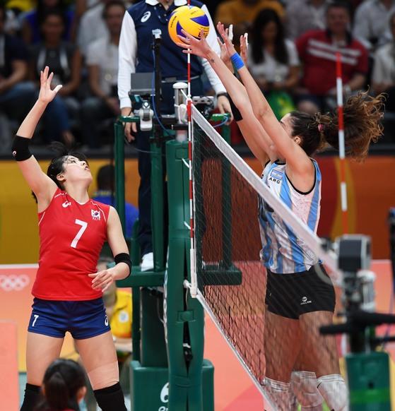 리우 올림픽에 출전한 여자배구 국가대표 이재영(왼쪽). [올림픽사진공동취재단]