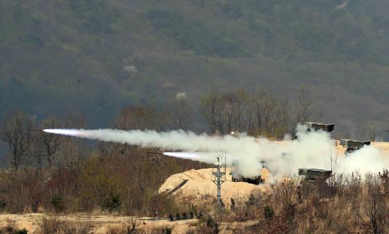 2017년 통합화력격멸훈련이 21일 오후 경기도 포천시 승진훈련장에서 진행됐다. 이날 훈련에는 48개 부대에서 2000여 명의 군인들과 250여 대의 장비가 동원됐다. 이날 130mm 다연장이 포탄을 쏘고 있다. 김경록 기자.