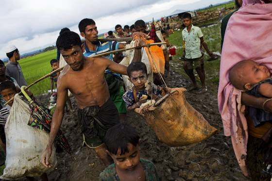 미얀마 소수민족 로힝야족들이 1일(현지시간) 미얀마 정부군의 공격을 피해 방글라데시로 피란을 떠나고 있다. [AP=연합뉴스]