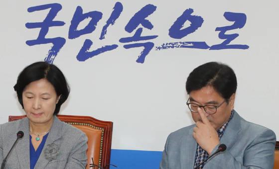 북한의 6차 핵실험 소식이 전해진 3일 더불어민주당 추미애 대표(왼쪽)와 우원식 원내대표가 국회에 열린 긴급 최고위원회의에서 굳은 표정으로 앉아 있다. [연합뉴스]