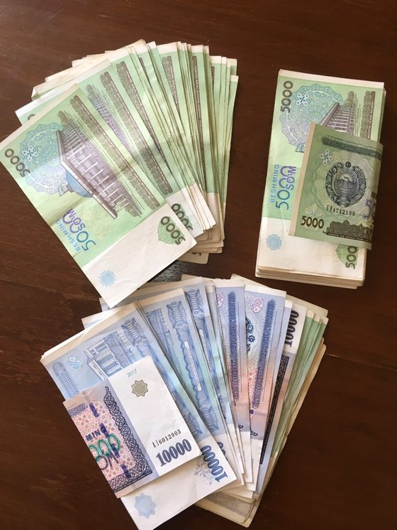 우즈베키스탄 화폐 '숨'. 인플레이션을 겪고 있는 우즈베크에서 미국 달러를 숨으로 환전하면 수북한 돈뭉치를 준다. 타슈켄트=박린 기자