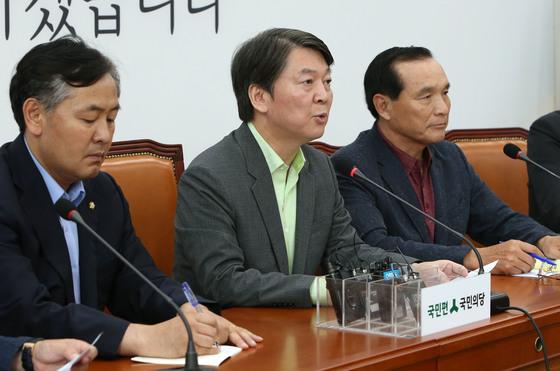 북한이 6차 핵실험을 한 3일 오후 여야는 긴급회의를 열고 입장을 발표했다. 국민의당 안철수 대표는 이날 오후 3시 25분 국회 당 회의실에서 북핵관련 입장을 발표했다. 조문규 기자