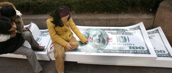 2006년 외환은행이 서울 명동 본점 인근 소공원에 미국 달러화를 프린팅해 설치한 '돈방석 의자'.