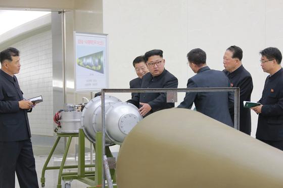 핵무기연구소 시찰하는 김정은. [평양 조선중앙통신=연합뉴스]