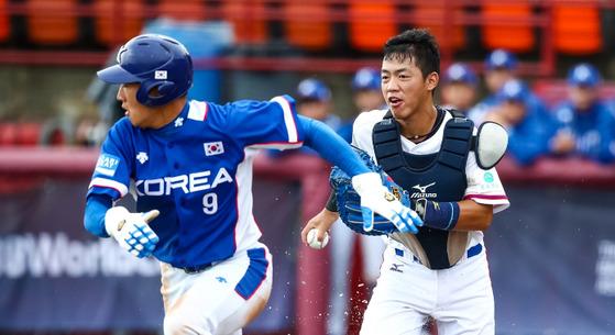 3일 캐나다 선더베이에서 열린 세계청소년야구선수권 예선 A조 3차전 대만과 경기에서 주루플레이를 하고 있는 이인혁(왼쪽).