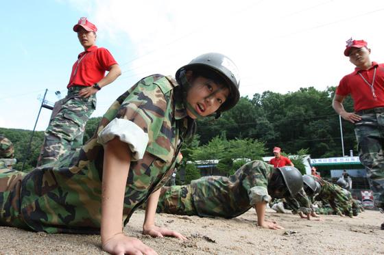 여성들이 다수 참여한 제9보병사단이 주최한 호국수련활동을 위한 병영체험. [중앙포토]