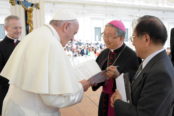 프란치스코 교황이 지난 5월 김희중 대주교로부터 문재인 대통령의 친서를 전달받고 있다. [교황청]