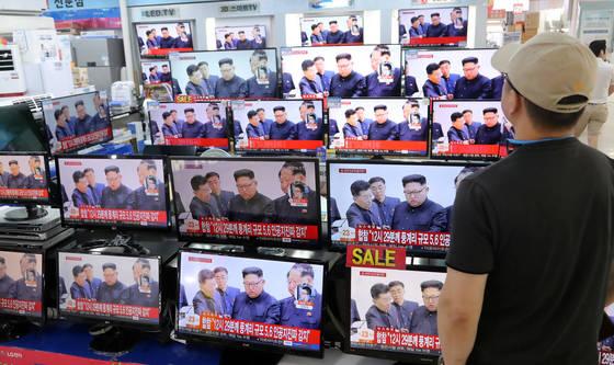 함경북도 길주군 풍계리 일대에서 북한의 제6차 핵실험으로 추정되는 인공지진이 발생한 3일 서울 용산전자상가에서 시민이 관련 뉴스를 시청하고 있다. [연합뉴스]